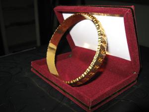 اهداء یک حلقه النگو توسط یک خیربرای مرمت ایوان حرم علوی